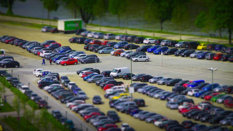場所は市街地中心部の駐車場