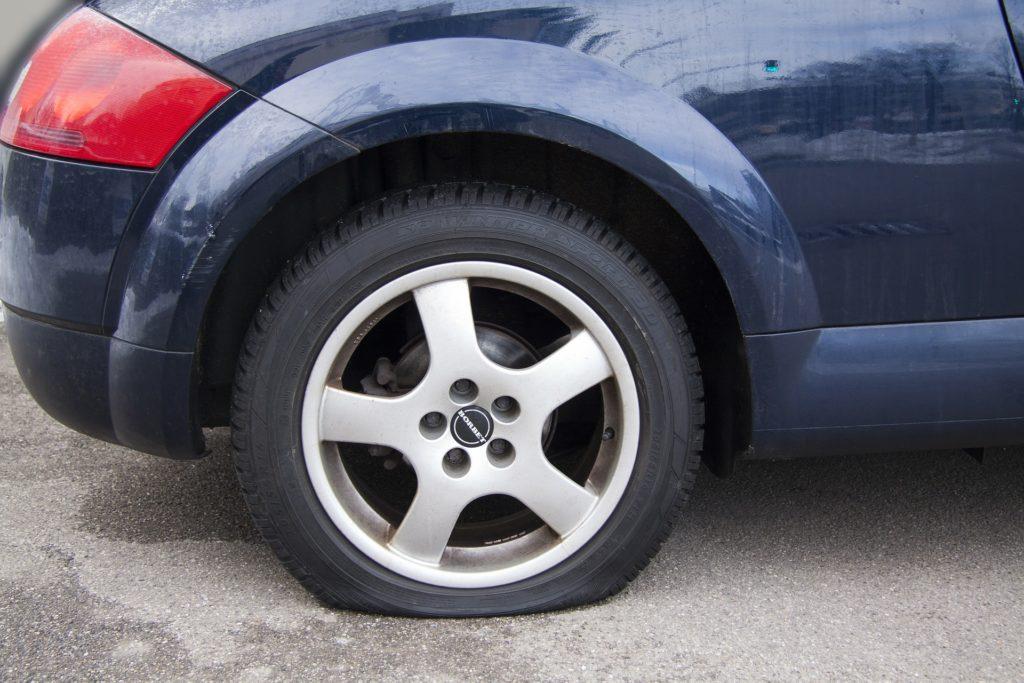 クルマのタイヤパンク修理材はいつまで使える?使用期限があるの?