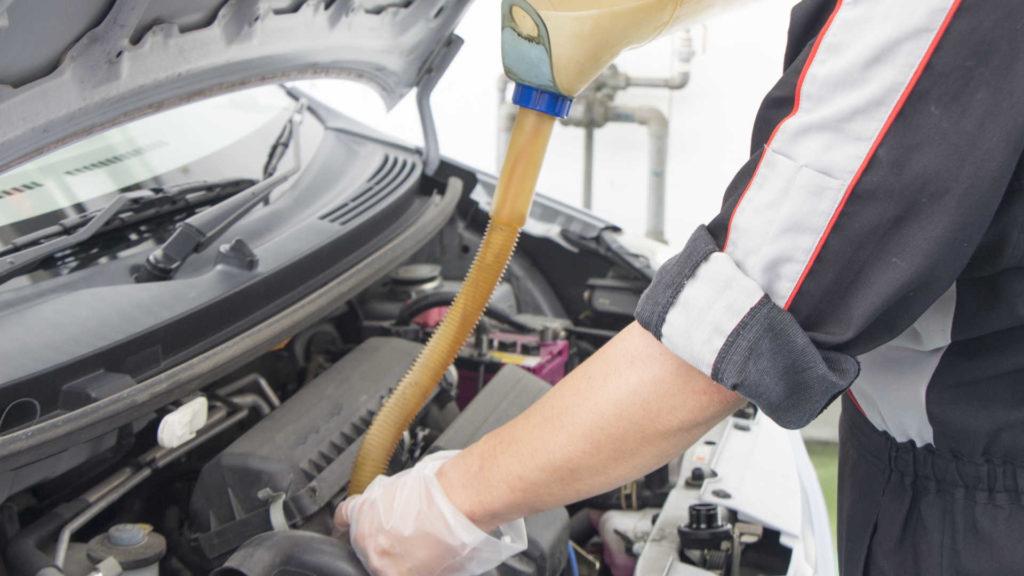 エンジンオイルの役割や定期的に交換が必要な理由!