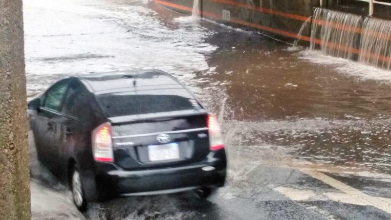 冠水した道路で車ごと冠水