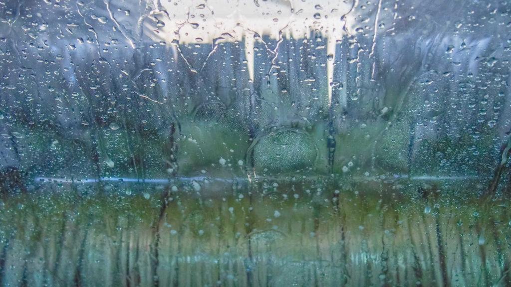 車のガラス撥水剤を失敗しないように塗布する方法!