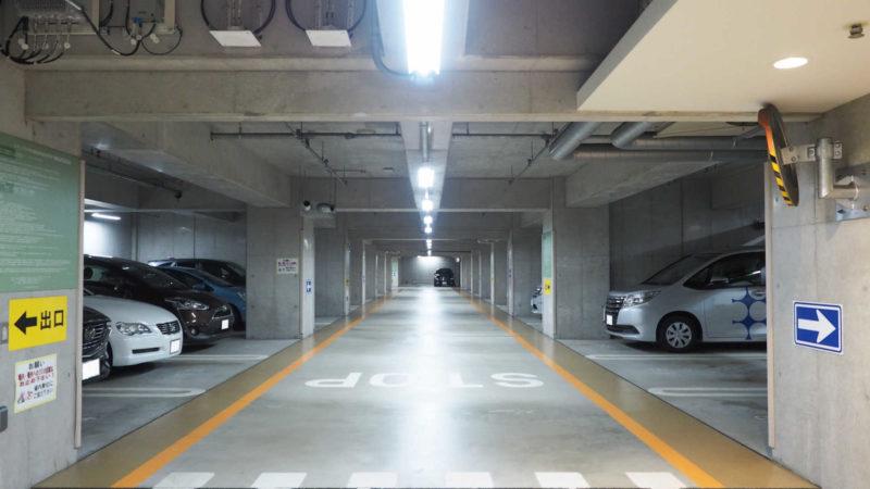 駐車スペースの左側が柱や壁になっているところに駐車する